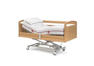 Cama Medical con carro elevador y barandillas plegables.